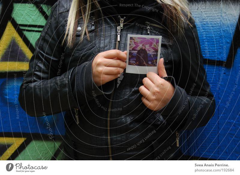 polaliebe. Mensch Kind Jugendliche blau Hand schwarz feminin Wand Graffiti Haare & Frisuren Mauer blond Fassade Arme Coolness Junge Frau