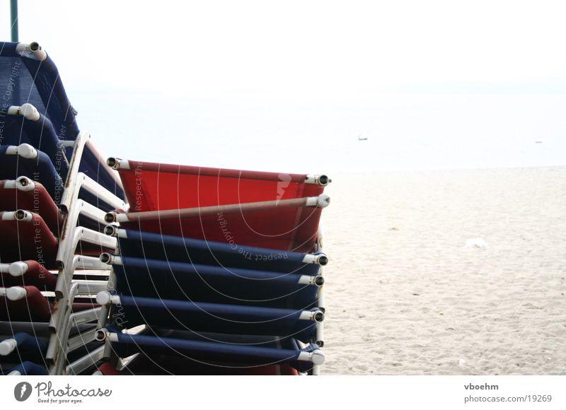 Nebensaison am Strand weiß blau rot Strand Einsamkeit Europa Italien Liegestuhl Gardasee