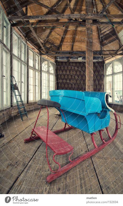 Quartierwechsel blau rot Fenster Holz Glas Idylle Bauwerk Haus Dach Leiter Maschine Gegenlicht Dachgebälk Bohrmaschine Traumhaus