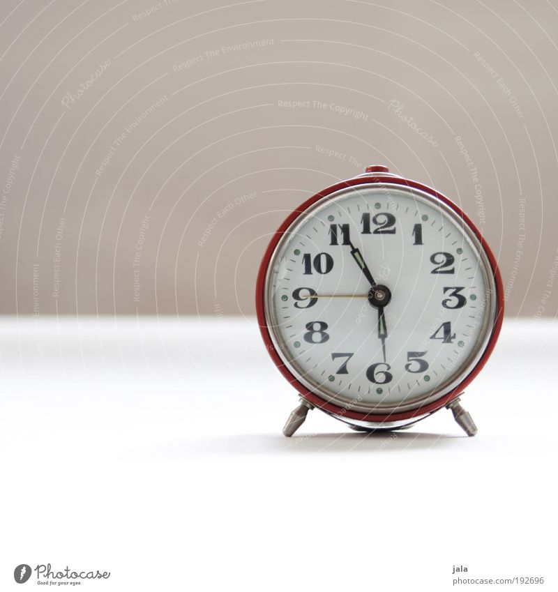 Mist. Verschlafen! rot Arbeit & Erwerbstätigkeit Zeit Uhr Ziffern & Zahlen Woche Wecker aufstehen Morgen nerven verschlafen wecken Wochentag