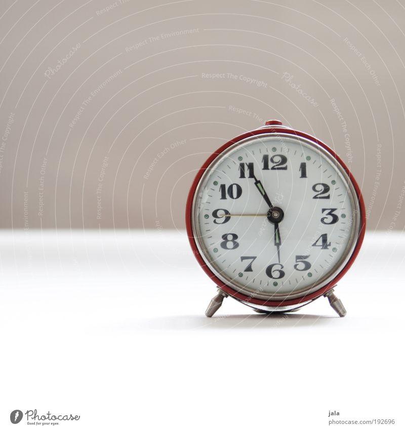 Mist. Verschlafen! Wecker Ziffern & Zahlen rot wecken nerven verschlafen Zeit Uhr aufstehen Wochentag Arbeit & Erwerbstätigkeit Morgen Farbfoto Innenaufnahme