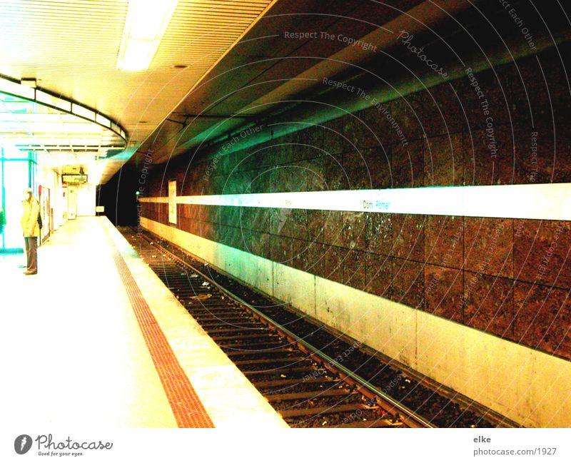 leuchtend U-Bahn Bahnsteig Verkehr Mensch