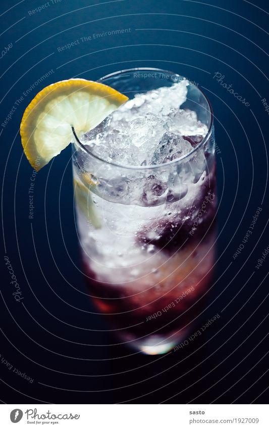 Himbeer-Tonic Sommer Freude kalt Frucht Eis frisch Glas authentisch Fröhlichkeit süß Getränk trinken lecker trendy Zitrone Erfrischungsgetränk