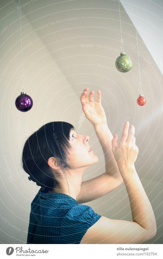 jongleuse Mensch Weihnachten & Advent Jugendliche Ferne feminin Stil Bewegung Raum Kunst Kitsch Dekoration & Verzierung fangen Kugel entdecken Theaterschauspiel
