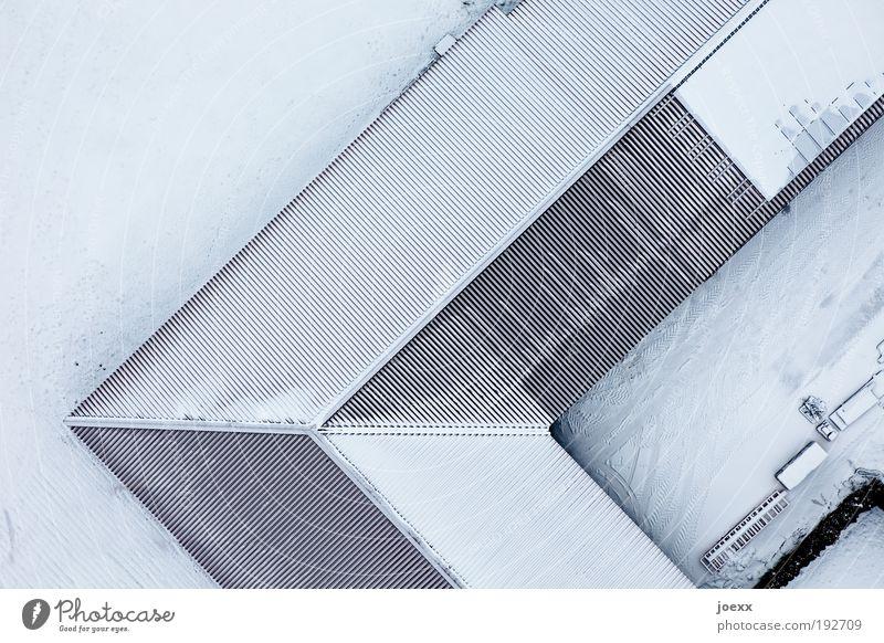 Angedacht weiß blau Winter Haus Schnee oben Eis hell Luftaufnahme Ecke Frost Dach unten Furche Scheune eckig