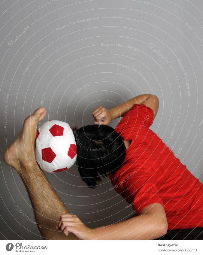 jogi, darf ich mitspielen? weiß rot Sport Kopf Beine Arme Fußball maskulin Erfolg Fußball Tor Sport-Training Barfuß Sportler Akrobatik Ballsport