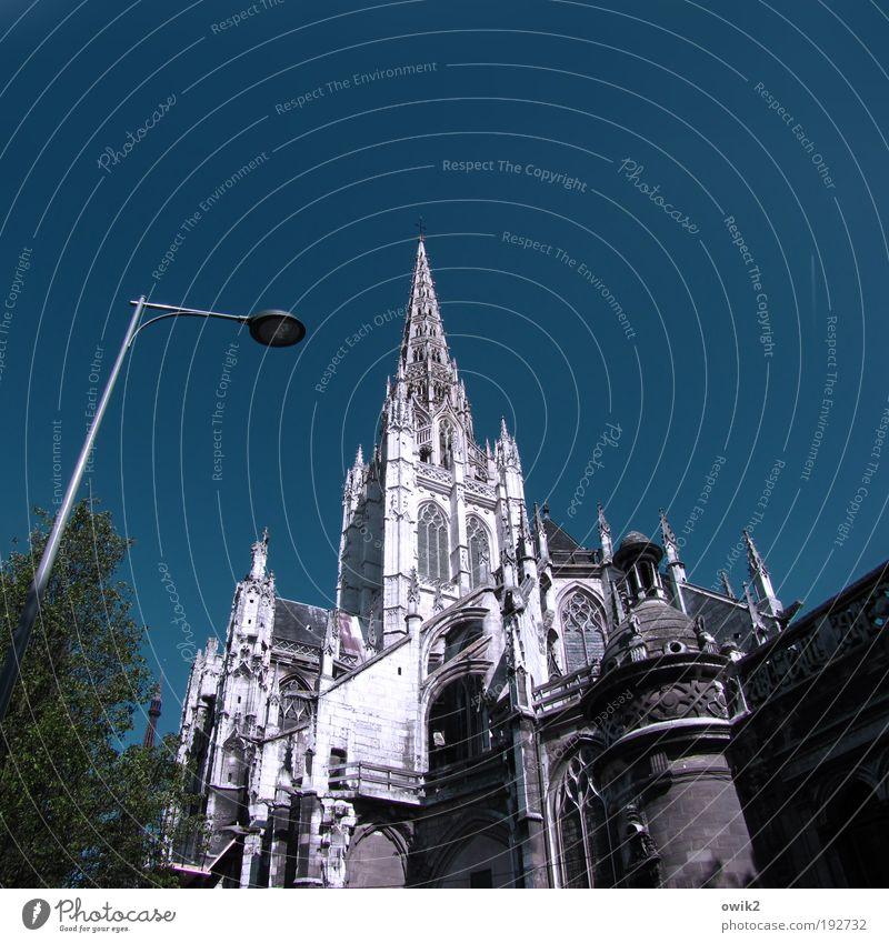 Wo die Normannen beten blau weiß Sommer Architektur Stein Gebäude hoch groß stehen Kirche Turm leuchten Spitze Bauwerk historisch Schönes Wetter