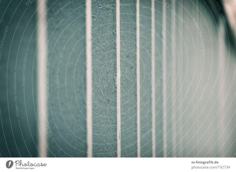 Verzweiflungstat blau weiß Winter Einsamkeit dunkel kalt Gefühle grau Gebäude Metall Treppe Brücke Streifen bedrohlich Bauwerk Geländer