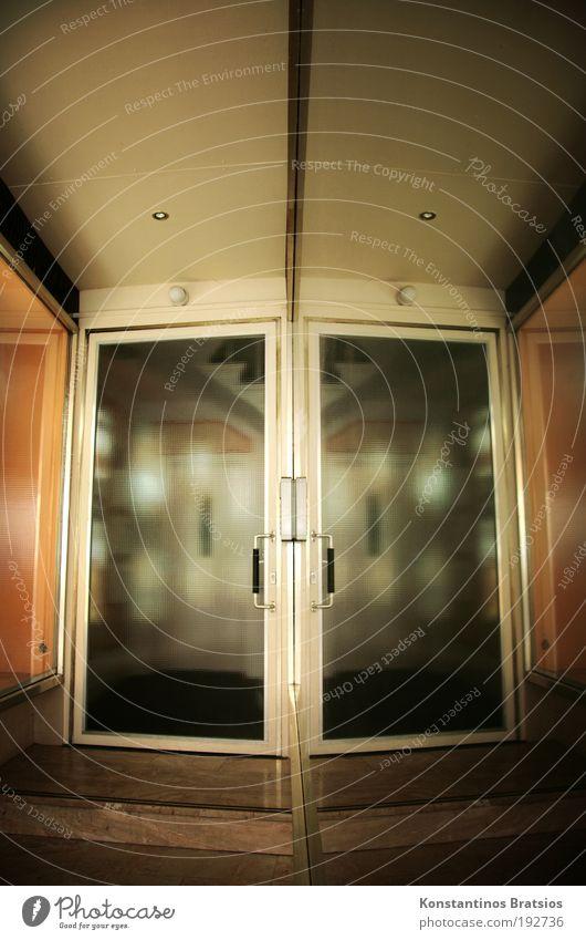 BB 04.09 ~ | ~ 2 Türen, 1 Eingang alt Haus Gebäude Glas Treppe außergewöhnlich Häusliches Leben einfach Sauberkeit Spiegel Vergangenheit Griff Glasscheibe