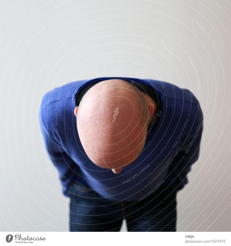 Verbeugung Mensch Mann Erwachsene Leben Lifestyle Stil Haare & Frisuren Kopf 45-60 Jahre stehen Wandel & Veränderung Glatze 30-45 Jahre verbeugen Haarausfall