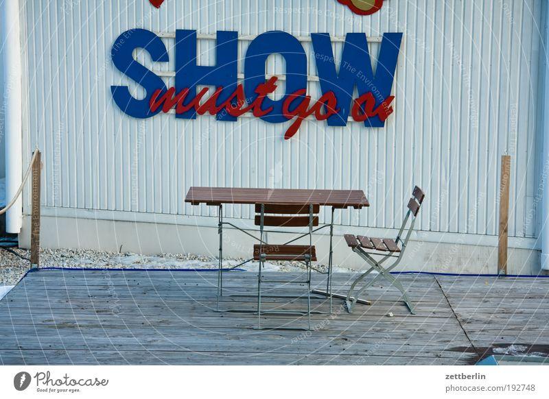 The Show must go on Traurigkeit trist leer Platz Tisch Pause Show Stuhl Möbel ausdruckslos Sitzgelegenheit Terrasse Verabredung Treffer Kannen Veranstaltung