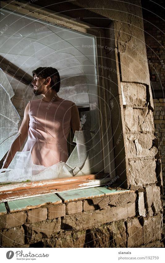 broken reality Mensch Mann feminin Fenster träumen Mauer Angst Erwachsene maskulin trist kaputt Wandel & Veränderung beobachten einzigartig Sehnsucht Gewalt