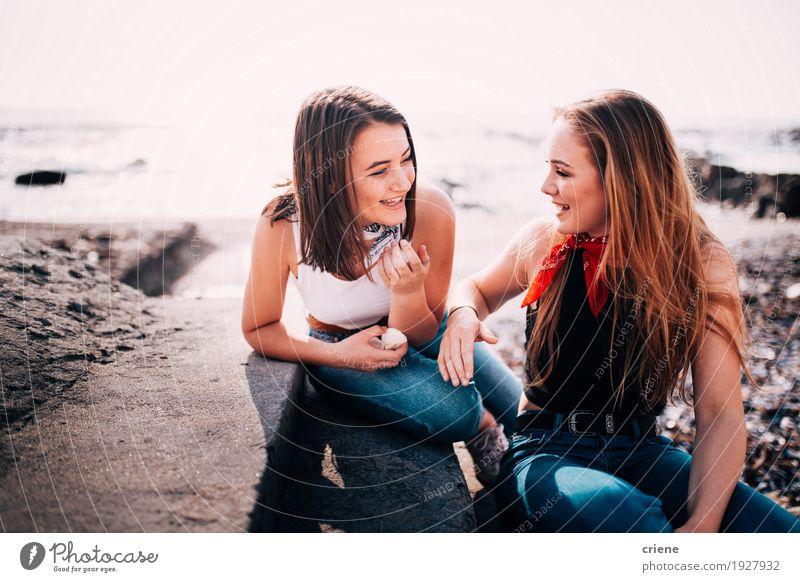 Jugendlichmädchen, die Spaß haben, miteinander zu plaudern Lifestyle Freude Strand Meer Mensch Mädchen Junge Frau Jugendliche Erwachsene Freundschaft 2 genießen