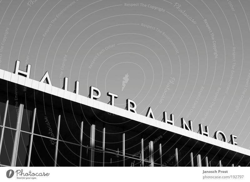 Hauptbahnhof II Himmel weiß Sommer Ferien & Urlaub & Reisen schwarz Arbeit & Erwerbstätigkeit Gebäude warten Deutschland Verkehr Eisenbahn Europa