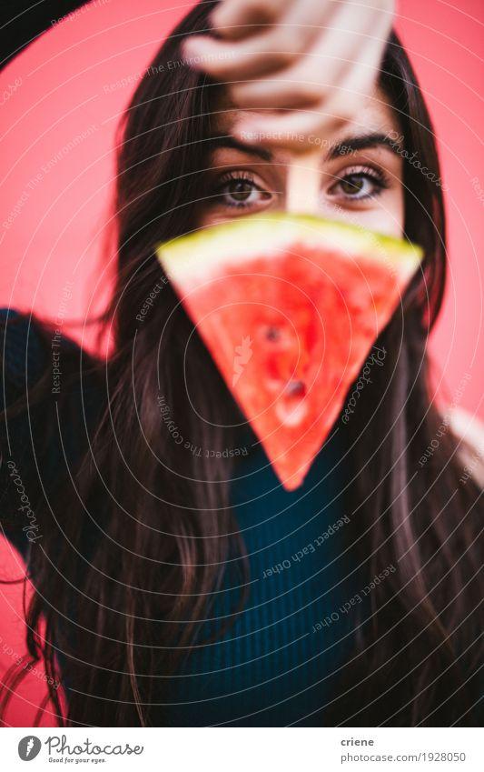 Junge weibliche Frauen mit Scheibe der Wassermelone auf einem Popsicle Lebensmittel Frucht Essen Lifestyle Freude Gesicht feminin Junge Frau Jugendliche