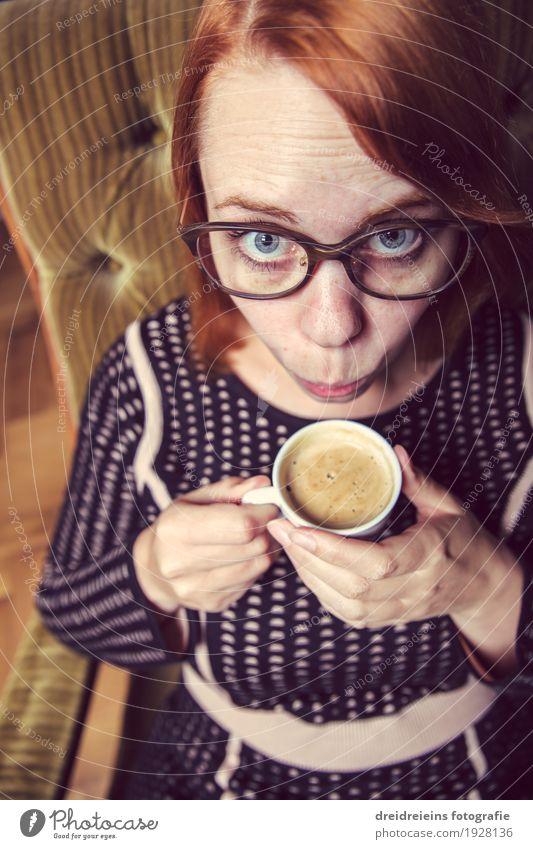 Kaffeepause trinken Heißgetränk Espresso Lifestyle Business feminin Frau Erwachsene Erholung sitzen Coolness frech trendy nerdig verrückt Optimismus Erwartung