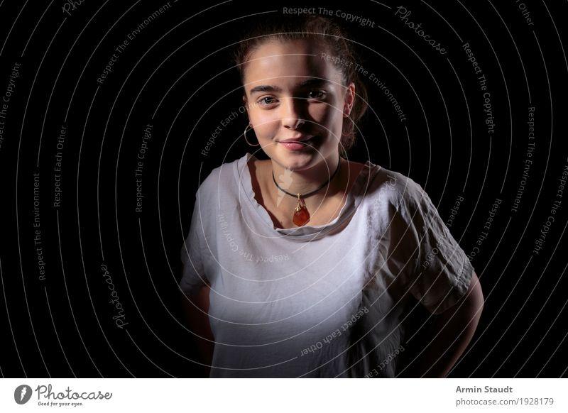 Porträt Lifestyle Stil schön Wohlgefühl Zufriedenheit Sinnesorgane Mensch feminin Junge Frau Jugendliche Erwachsene 1 13-18 Jahre T-Shirt Schmuck Freundlichkeit