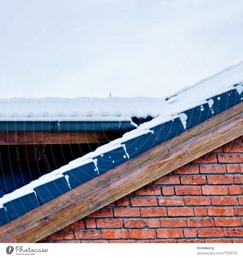 eis am giebel Umwelt Winter Wetter Eis Frost Schnee Haus Einfamilienhaus Bauwerk Gebäude Architektur Mauer Wand Fassade Dach Dachrinne Dachgiebel Dachziegel