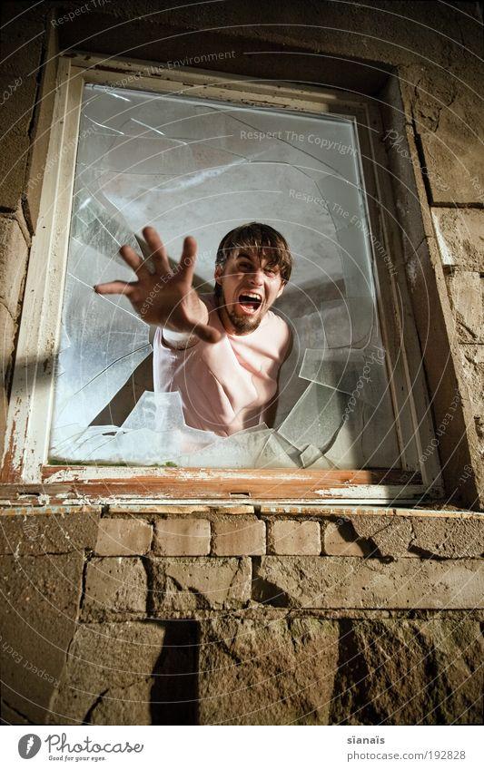 durchbruch maskulin feminin androgyn Fenster schreien Aggression Armut gruselig Krankheit rebellisch verrückt Wut Angst Todesangst gefährlich Verzweiflung Ärger