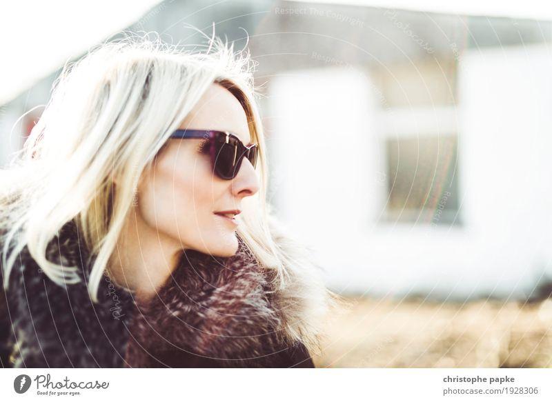 Sideview feminin Junge Frau Jugendliche Erwachsene 1 Mensch 18-30 Jahre 30-45 Jahre Sonnenbrille blond Coolness trendy schön Lebensfreude Frühlingsgefühle