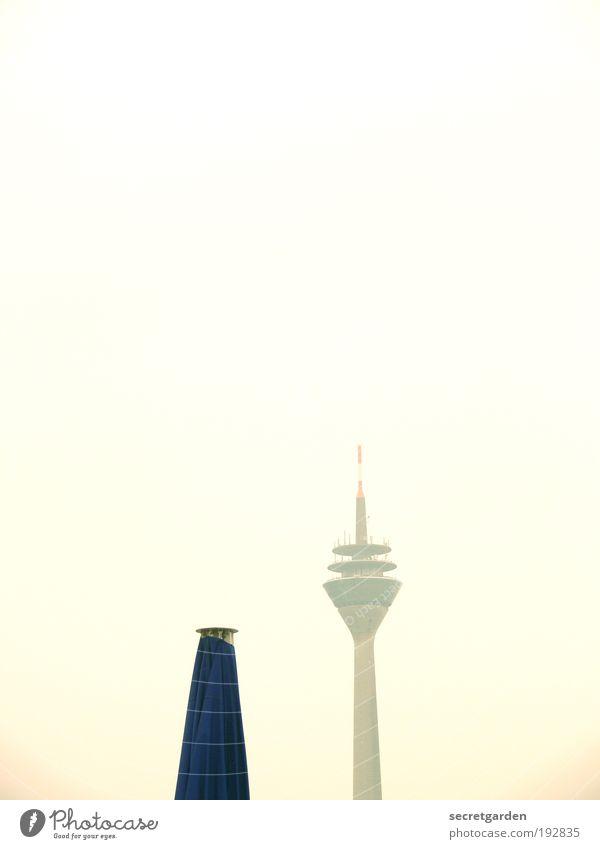 verliebt. (oder: funksignale senden) blau Ferne gelb elegant Technik & Technologie Kommunizieren geschlossen retro Schönes Wetter Gastronomie Wolkenloser Himmel Wahrzeichen Sehenswürdigkeit Sonnenschirm Informationstechnologie Düsseldorf