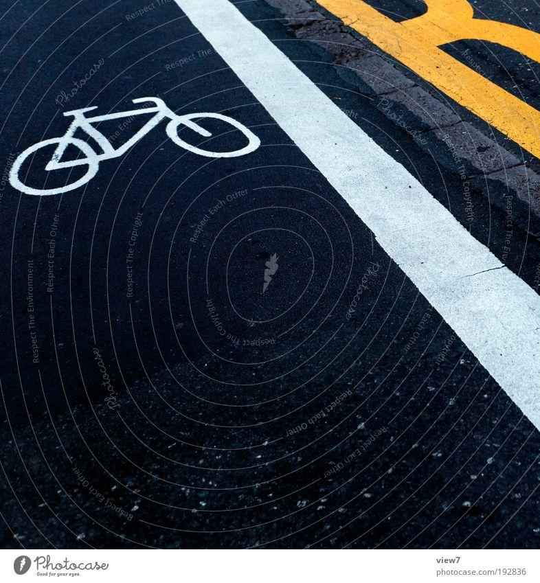 Markierung gelb Straße dunkel Linie Fahrrad dreckig Straßenverkehr Design elegant Beton Schilder & Markierungen Verkehr frisch Perspektive modern Ordnung