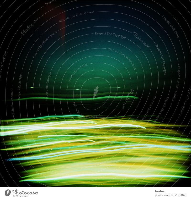 Fahrt durch die tiefe Nacht Jahrmarkt Linie leuchten dunkel glänzend Unendlichkeit verrückt blau gelb gold grün schwarz Bewegung bizarr chaotisch Energie Farbe