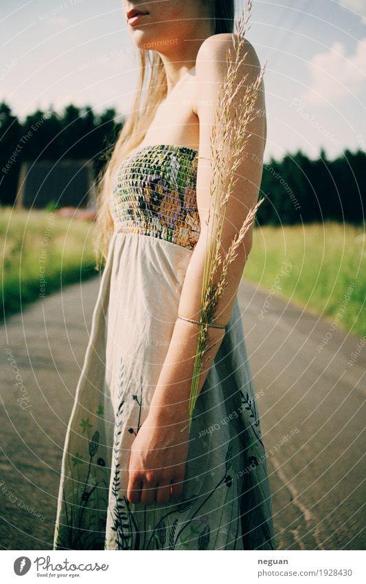 Naturliebe Mensch Jugendliche Pflanze Junge Frau Umwelt Gefühle Frühling Lifestyle Gras feminin Stil Gesundheitswesen Mode Stimmung träumen