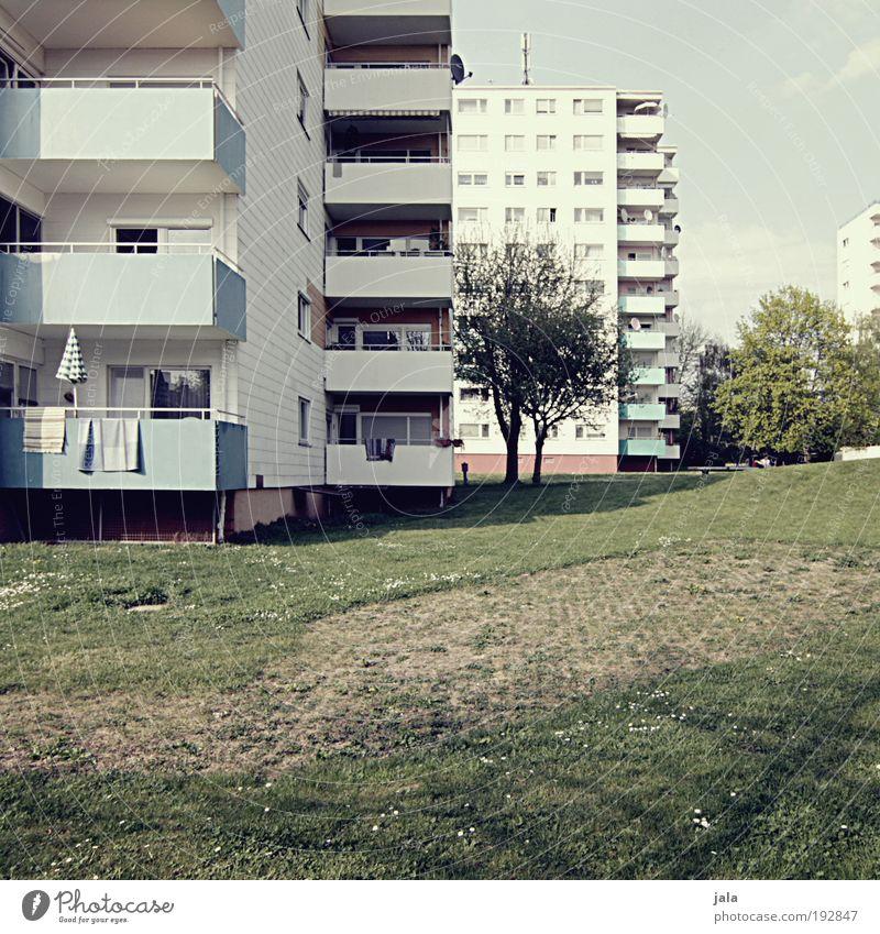 Fast wie in Oggersche ;-) Baum Stadt Haus Wiese Gebäude Wohnung Platz Balkon Plattenbau Wohnsiedlung Licht