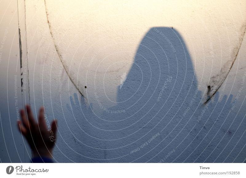 Schatten eines Selbst Hand Gefühle Stimmung Sehnsucht Angst Zukunftsangst gefährlich Verzweiflung Verlassenheit Schattenspiel Kinderhand hochstrecken Finger