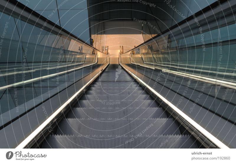 abwärts Menschenleer Bahnhof Flughafen Architektur Treppe Fußgänger Rolltreppe Bewegung laufen modern Sauberkeit ästhetisch Design elegant Fortschritt