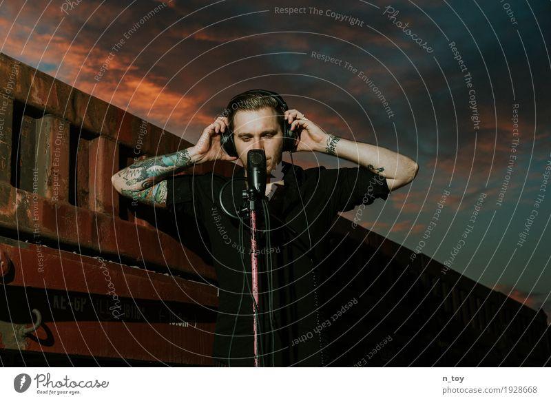 Soundcloud maskulin Junger Mann Jugendliche 1 Mensch 18-30 Jahre Erwachsene Musik Musik hören Sänger Musiker Hiphop Rapper Kopfhörer Himmel Wolken