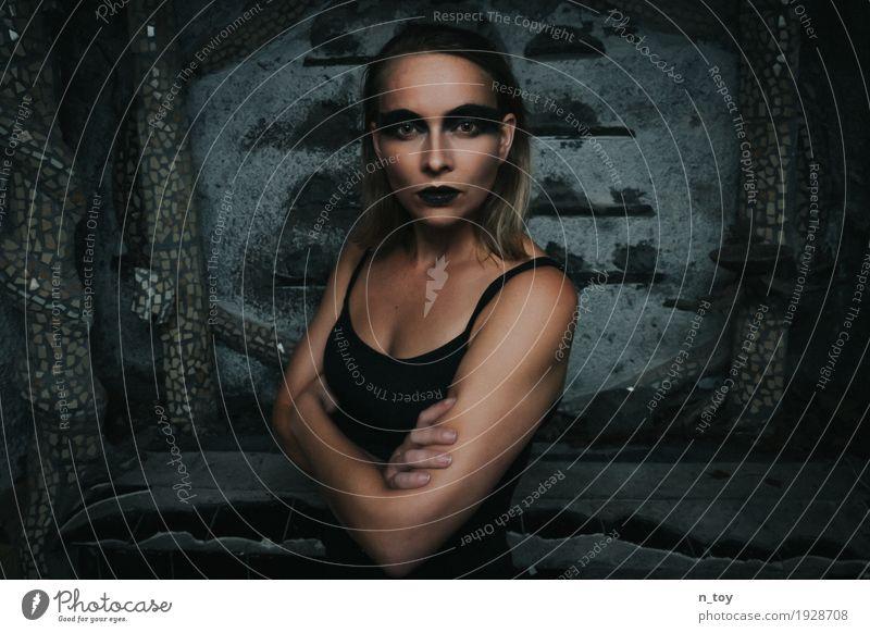 Dark Portrait Schminke Lippenstift feminin Junge Frau Jugendliche 1 Mensch 18-30 Jahre Erwachsene blond Zeichen stehen Konflikt & Streit toben Aggression