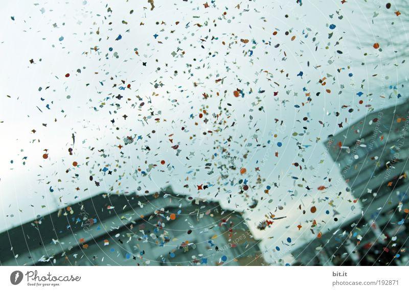 KONFETTI Glück Veranstaltung Feste & Feiern Karneval Luft Wolken Haus fallen Fröhlichkeit blau Begeisterung Konfetti werfen mehrfarbig Himmel fliegen Farbfoto