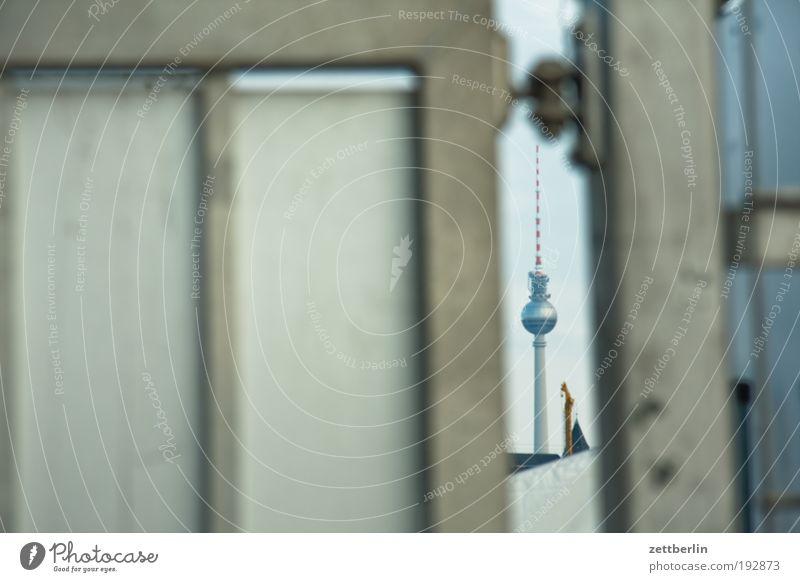 Fernsehturm Berliner Fernsehturm Hauptstadt Wahrzeichen Alexanderplatz alex funk- und ukw-turm Tür Tor Einfahrt Angelrute Zaun Barriere Lücke Perspektive