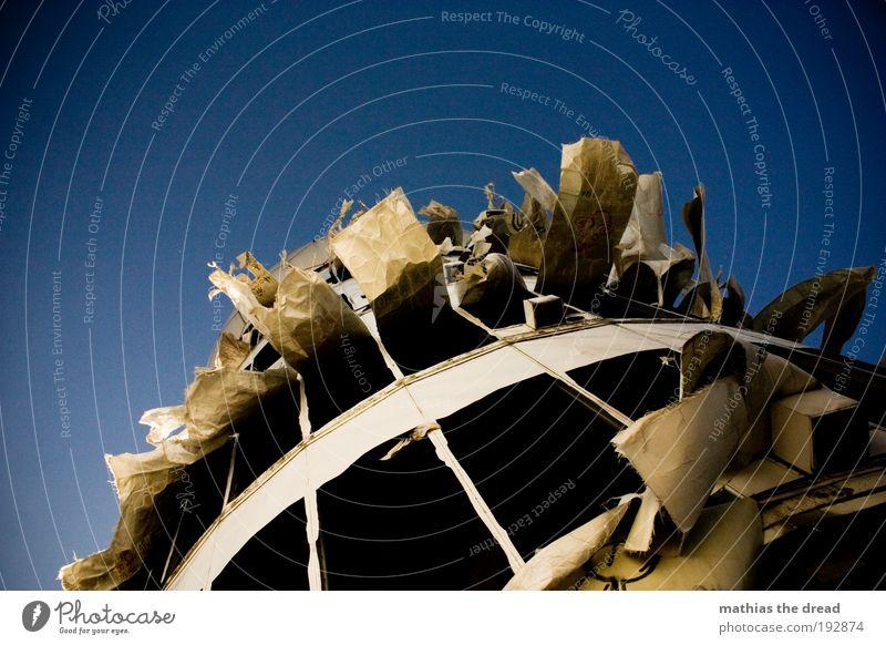 FLATTERKASTEN Himmel blau Gebäude Architektur Wind Umwelt Fassade trist Fabrik außergewöhnlich Dynamik Bauwerk Schönes Wetter bizarr Industrieanlage