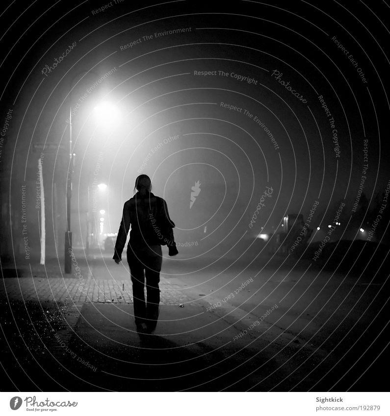 Einsam & allein Frau Mensch Jugendliche Stadt Winter Einsamkeit Straße dunkel feminin Bewegung Stein Wege & Pfade träumen Erwachsene gehen laufen