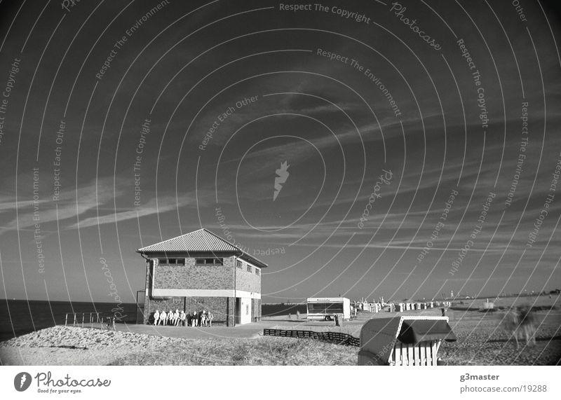 DLRG Haus Strand Spiekeroog Strandkorb Infrarotaufnahme Mensch Europa Sonne Schwarzweißfoto Himmel Schönes Wetter Bank