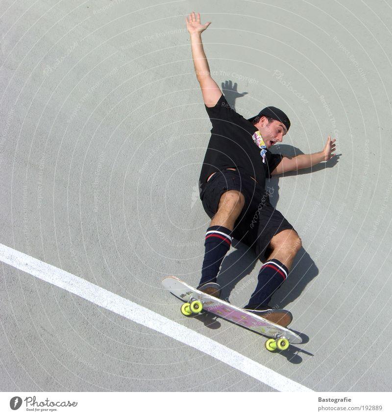 es geht nochmal abwärts Mensch Mann schwarz Sport Berge u. Gebirge Angst lustig Arme Geschwindigkeit Perspektive schreien Mut Skateboard Kreativität