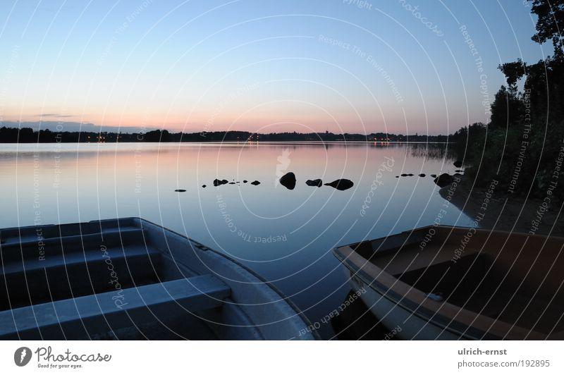 Abendrot Natur Landschaft Wasser Wolkenloser Himmel Nachthimmel Sonnenaufgang Sonnenuntergang Sommer Schönes Wetter Seeufer Ruderboot Stein blau Zufriedenheit