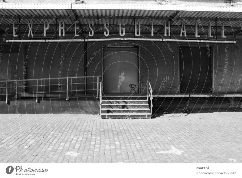 Expressguthalle Gebäude Mauer Wand Verkehr Güterverkehr & Logistik Handel Halle Güterbahnhof Ware Tür Buchstaben Schwarzweißfoto Außenaufnahme