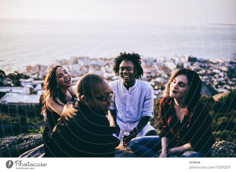 gemischtrassige Gruppe von Freunden, die zusammen rumhängen. Lifestyle Freude Freiheit Entertainment ausgehen trinken Feste & Feiern sprechen Mensch Junge Frau