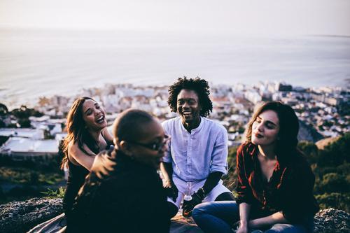 Mensch Jugendliche Junge Frau Junger Mann Freude sprechen Gefühle Lifestyle lachen Freiheit Feste & Feiern Menschengruppe Zusammensein Freundschaft sitzen