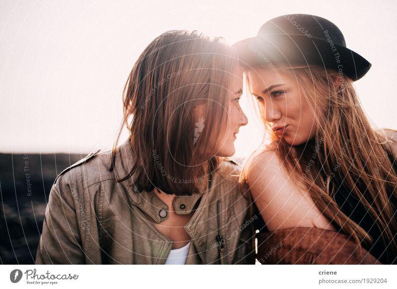 Beste Freundmädchen, die einander betrachten und Gesichter ziehen Lifestyle Freude Sonne Mensch feminin Junge Frau Jugendliche Erwachsene Schwester Freundschaft