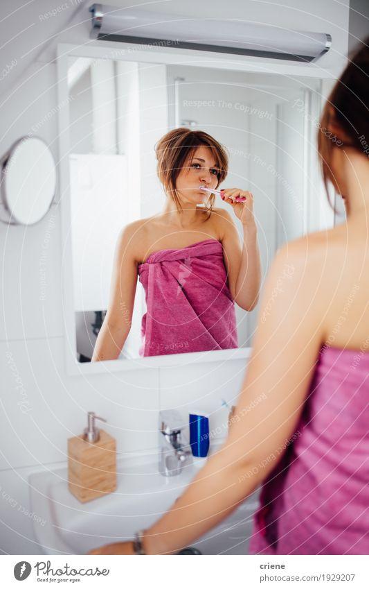 Bürstende Zähne des jungen weiblichen Erwachsenen morgens Lifestyle schön Körperpflege Gesicht Gesundheit Gesundheitswesen Wohlgefühl Häusliches Leben Spiegel