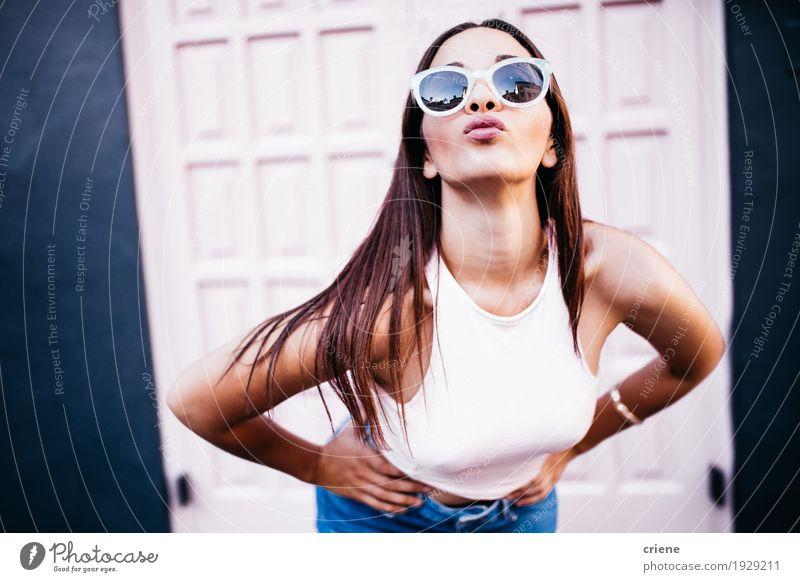 Mensch Frau Jugendliche Junge Frau schön Freude 18-30 Jahre Erwachsene Gefühle Lifestyle feminin Mode rosa wild retro authentisch