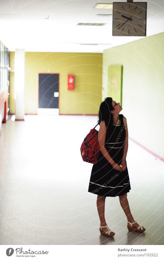Das Warten auf. alt Jugendliche grün schwarz Einsamkeit feminin Stil Schule elegant warten Design modern Uhr Studium Bildung