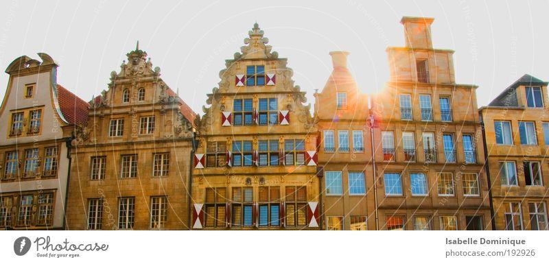 Stadt Haus Gefühle Fenster Glück Zufriedenheit Stimmung Architektur Deutschland elegant Schutz einzigartig Warmherzigkeit Skyline Stadtzentrum