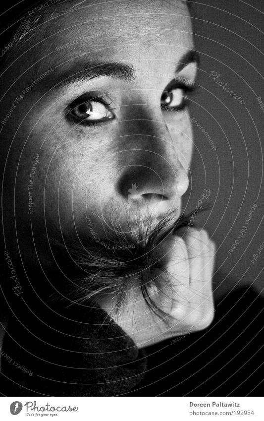 Thinking Woman - sw Mensch Auge Erholung feminin Gefühle Stil Denken Zufriedenheit Kraft Erwachsene Hoffnung beobachten Vertrauen natürlich Müdigkeit Sorge