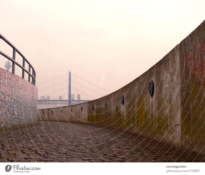 der weg ist das ziel. (und hinten noch den turm reingemogelt) weiß Stadt rot gelb Ferne Straße Stein Wege & Pfade Graffiti Kunst gehen Horizont Brücke retro